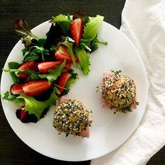 Low carb buns with butter, garden cress and pork ham, baby lettuces, strawberries / Nízkosacharidové bulky s máslem, řeřichou a vepřovou šunkou, směs baby salátků a jahody