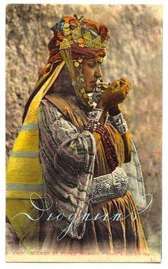 20世紀初頭に北アフリカで撮影されたタバコを吸うウル・ナイル族の女性。 ウル・ナイル族の女性による踊りはベリーダンスのルーツのひとつといわれている。 pic.twitter.com/5YTiA0BTlu