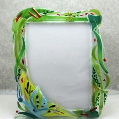"""Portafoto """"Sulle ali del verde"""" (PT05), un portafoto che ispira armonia, leggerezza, la pace dei prati verdi. E la vivace farfalla, adagiata dolcemente sull'angolo della cornice sembra involarsi verso una nuova primavera."""