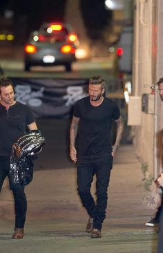 David Beckham Photos - David Beckham is seen at 'Jimmy Kimmel Live. Estilo David Beckham, David Beckham Style, Casual Trends, Men Casual, David Beckham Photos, Biker Jacket Outfit, Copenhagen Street Style, Men's Coats And Jackets, All Black Outfit