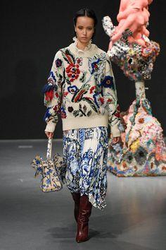 Tory Burch Fall 2020 Ready-to-Wear Fashion Show Vogue Fashion, Fashion 2020, Runway Fashion, Fashion Show, Fashion Outfits, Fashion Trends, Embroidery Fashion, Fashion Details, Autumn Winter Fashion
