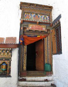 Schuhe aus, heißt es vor dem Tempel. Foto: Doris Bhutan, Stuck, Frame, Home Decor, Photos, Temple, Picture Frame, A Frame, Interior Design