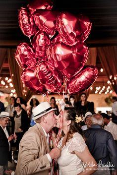 Sabe aquela nova super maravilhosa? Essa é a noiva Gabriela Barros que nos agraciou com essas lindas fotos de seu casamento usando os balões metalizados de coração da Balão Cultura. Simplesmente lindo, cativante e delicado!  Quer balões em seu casamento, consulte nos: www.balaocultura.com.br ou contato@balaocultura.com.br Créditos: Balões: Balão Cultura Fotos: Gabriela Quinália #qualatex, #casamento, #bouquetdebaloes #bouquet #iloveballoon #balaocultura #decoracaodecasamento
