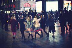"""""""Giochi di bambine a Londra"""". 3° riScatto urbano di @Luna Simoncini. Saranno conteggiati i """"mi piace"""" al seguente post: https://www.facebook.com/photo.php?fbid=10201076685412274=o.170517139668080=3"""