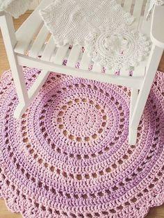 Tapetes em croche ficam ótimos próximo a uma cadeira de balanço