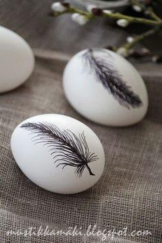 Coller des plumes sur des oeufs avec du vernis-colle Tamponner ou dessiner des plumes sur des oeufs