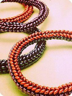 Como fazer pulseiras com miçangas duo. Veja também como criar tubos de miçangas para colares e pulseiras. Tudo com as miçangas duo!