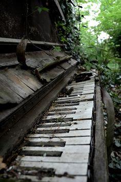 No quiero. No quiero ver más esta imagen que da a entender que la música ha caído en el olvido y la desesperación.