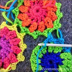 Zoomsnoren: Fotovejledning til sammenhækling af primulablomster Crochet Motif, Crochet Necklace, Blanket, Jewelry, Tejidos, Blankets, Crochet Collar, Jewels, Schmuck