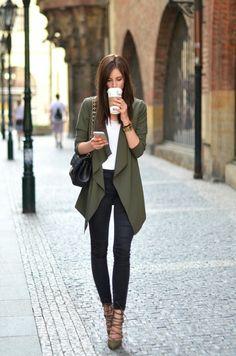 abbigliamento-casual-chic-donna-capelli-castani-jeans-tacchi-alti-blazer-verde-borsa-tracolla-catena