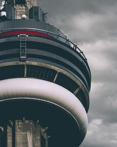 Looking at the CN Tower as two people are on the Skywalk attraction which let's you walk around the roof of the CN Tower and lean over the edge! Toronto Skyline, Downtown Toronto, Toronto Photography, Urban Photography, Beautiful Places To Travel, Beautiful World, Drake Views Album, Torre Cn, Toronto Ontario Canada