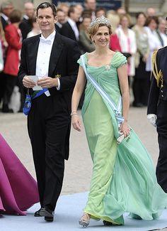 Infanta Cristina, duquesa de PalmaLa duquesa de Palma, la infanta Cristina, eligió para la boda de Victoria de Suecia un vestido de gasa en tonos verdes y escote drapeado, que se remataba con un broche; un diseño del modisto español Lorenzo Caprile. Además, llevó una diadema, cuyo diseño fue realizado por Cartier para la Reina Victoria Eugenia en 1920 y que, hasta ese día, sólo había sido llevada por la Reina doña Sofía.