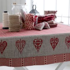 Broderad duk Merry Christmas And Happy New Year, Red Christmas, Christmas Table Cloth, Embroidery Stitches, Needlework, Free Pattern, Cross Stitch, Valentines, Quilts