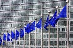 Des drapeaux européens flottent. Dans le fond - Bâtiment Berlaymont, à Bruxelles, en Belgique. Siège de la Commission européenne.