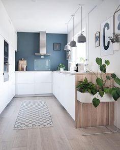 Kitchen on a spring day.#boligpluss #interior123 #interior4all #interiorforyou #bobedre #boligplussminstil #interiørmagasinet #room123 #roomforinspo #immyandindi #nordiskehjem #inspirasjonsguidennorge #myinterior #passion4interior #kitcheninspo #kitchendetails #plantbox #fermliving #monstera #stpaulsblue #jotunlady #enkontrast #muuto #grainpendant #voxtorp #ikeavoxtorp