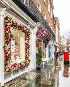 London is beautiful even in the rain. This city might not have the bluest skies, but the colors in the streets more than make up for it. This is particularly true on Elizabeth Street in Belgravia, which always has something floral going on. Decoration Restaurant, Beautiful Flowers, Beautiful Places, Elizabeth Street, Model Foto, Deco Floral, Shop Fronts, London Travel, London City