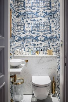 Cheap Home Decor blue and white powder bath.Cheap Home Decor blue and white powder bath Bad Inspiration, Bathroom Inspiration, Interior Inspiration, Blue And White Wallpaper, Bold Wallpaper, Wallpaper Toilet, Unusual Wallpaper, Interior Wallpaper, Blue Wallpapers