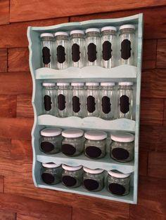 Diseñado especialmente para que puedas organizar tus condimentos favoritos en la cocina. Cuenta con 20 frascos de vidrio y etiquetas tipo pizarra para que escribas con tiza o con lápiz blanco.