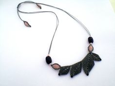 Macrame necklace. Macrame leaves. Necklace with leaves. por asmina