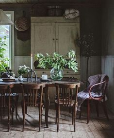 my scandinavian home: Springtime In A Rustic Swedish Country Home Italian Farmhouse, Antique Farmhouse, Table And Chairs, Dining Chairs, Farmhouse Renovation, Cozy Nook, Take A Seat, Rustic Kitchen, Kitchen Dining