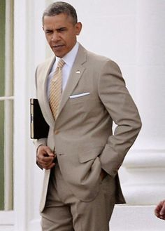 Two things President Obama always looked good in: beige suits and the Oval Office. Barack Obama Family, Michelle And Barack Obama, Durham, Best Mens Fashion, Suit Fashion, Beige Suits, Barrack Obama, First Black President, Black Presidents