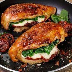 Gefüllte Hähnchenbrust mit Mozzarella, getrockneten Tomaten, Spinat