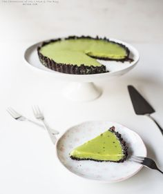 No Bake Matcha (Green Tea) & Oreo Tart Recipe  --150 grams of Oreo's (roughly 36 cookies without the cream) --50 grams of Pailleté Feuilletine --90 grams of Butter --55 grams of Dark Chocolate (60% callebaut dark couveture chocolate) --250 grams White Chocolate (chopped or chips) --250 ml Thickened Cream --1 tablespoon (about 10 grams) of Matcha (Green Tea) Powder