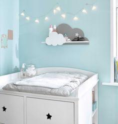 Une petite étagère murale en forme de nuage à fixer au-dessus de la table à langer dans la chambre de bébé. Décorative, c'est un également un rangement très pratique pour avoir à portée de main tous les produits de toilette indispensables !
