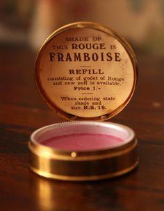 Vintage Rouge Framboise Lip Balm Tin  >> épinglé par MayoParasol, maillots de bain anti UV et vêtements anti UV - Inspiration Collection Framboisine - Visitez www.mayoparasol.com