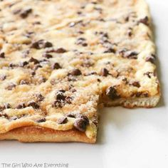 chocolate-chip-cookie-pizza,,,pizza dough topped with cake mix and chocolate chips! Dessert Crepes, Dessert Bars, Pizza Inn Dessert Pizza Recipe, Pizza Recipes, Pizza Girl, Pizza Pizza, Pizza Dough, Pizza Food, Crust Pizza