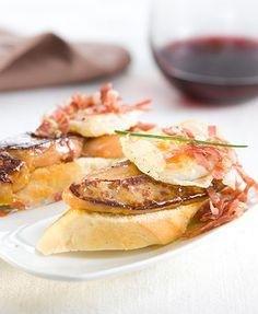 Montadito de foie, huevo de codorniz y virutas de jamón serrano
