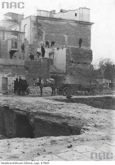 9 września 1939 roku to dzień najcięższego i najbardziej niszczycielskiego bombardowania Lublina przez niemiecką Luftwaffe. W jego wyniku zginęło blisko tysiąc mieszkańców. Wiele budynków zostało zburzonych lub mocno uszkodzonych. Jedna z bomb trafiła w kamienicę przylegającą do budynku Poczty Głównej. Na parterze znajdował się zakład fryzjerski. To tam zginął lubelski poeta Józef Czechowicz. Zdjęcie zrobiono od strony ulicy Kościuszki przed 1945 rokiem. Teraz jest tu plac Czechowicza. Jewish History, Luftwaffe, Poland, The Past, Vintage, Poet, Historia, Fotografia