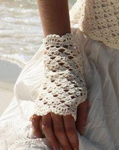 beyaz tığ işi yarım parmaklı örgü eldiven modeli