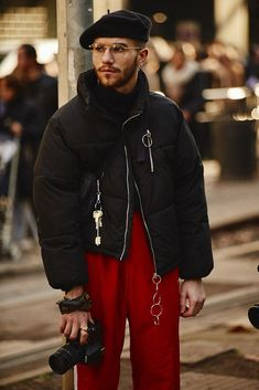 The best looks from Milan Fashion Week below, including teddy-bear coats, oversized jackets, and many silk scarves. Fashion Moda, Urban Fashion, Look Fashion, Winter Fashion, Mens Fashion, Fashion Outfits, Fashion Trends, Fashion Weeks, High Fashion