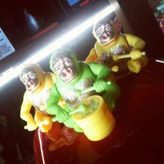 O ataque dos #macaquinhos coloridos! (R$ 25 cada). Loja  fica aberta até às 19h.(at Antiquário XIII)