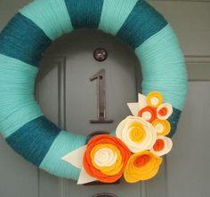 Hilo corona puerta hecha a mano  naranja y crema en 12.