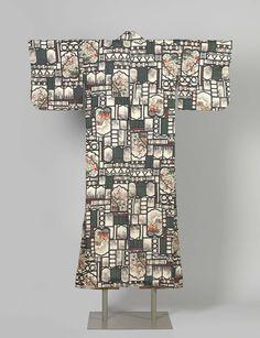 Anonymous | Woman's kimono, Anonymous, 1920 - 1940 | Informele vrouwen kimono met een patroon over het hele vlak van een raamwerk van zwarte lijnen en glas in lood-achtige partijen, waar doorheen tuingezichten met bloeiende takken zijn te zien. Roomwitte zijde met versiering in stencil-druk (meisen). Voering van rode en roze katoen.