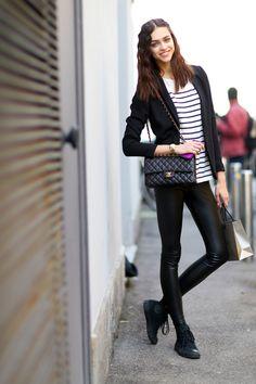 Comprar ropa de este look: https://lookastic.es/moda-mujer/looks/blazer-camiseta-con-cuello-barco-leggings-zapatillas-altas-bolso-bandolera/1557 — Leggings de Cuero Negros — Zapatillas Altas de Ante Negras — Bolso Bandolera de Cuero Acolchado Negro — Blazer Negro — Camiseta con Cuello Barco de Rayas Horizontales Blanca y Negra