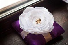 Фиолетовая подушечка с белым цветком, Свадебное оформление и флористика, Подушечки для колец