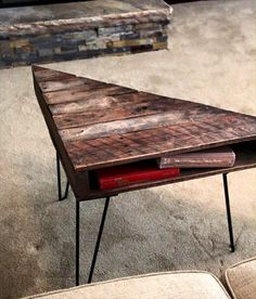 Pallet Triangular Coffee Table with Metal Legs - Inspired Wood Pallet Projects Pallet Furniture Designs, Wooden Pallet Projects, Wooden Pallet Furniture, Pallet Art, Wooden Pallets, Pallet Ideas, Diy Table, Wood Table, Diy Furniture Instructions