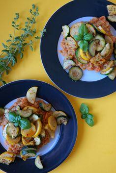 Zucchini und Linsen, das schmeckt doch nach nichts? Doch, wenn man weiß wie es geht, sogar sehr lecker! Und so geht's: Damit Linsen lecker werden darf eins nicht fehlen: Würze und etwas Margarine. Beide sorgen für ordentlichen Geschmack. Und für die Zucchini? Der verleihen wir zuerst mit etwas Chiliflocken eine leichte Schärfe und geben eine angenehme Note mit Oregano! Schmeckt ein bisschen nach lauem Sommerabend irgendwo in der Toskana. Fehlen nur noch ein paar Kiefergewächse außen rum… Und…