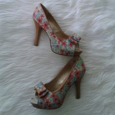 ⬇PRICE DROP⬇Host Pick9/11/15Steve Madden Pretty floral print peep toes. Color compliments just about everything. Dress it up or dress it down. Worn a  few times. A little tear in fabric on the back but I promise it's hardly noticeable- all sales are final Steve Madden Shoes