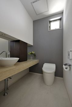 天然石のカウンターのあるゆったりしたトイレ My Room, Rest Room, Ideas Baños, Restroom Design, Toilet Room, Grey Doors, Laundry In Bathroom, Plan Design, Powder Room
