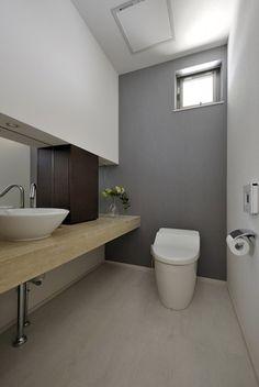 天然石のカウンターのあるゆったりしたトイレ