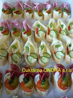 Obložené mísy, chlebíčky Czech Recipes, Ethnic Recipes, Buffet, Appetizers For Party, Food Hacks, Pasta Salad, Catering, Sushi, Recipies