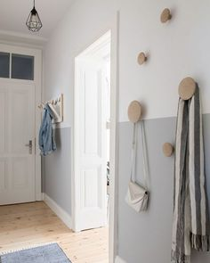Beautiful modern and Scandinavian inspired entryway with a half-painted wall and some wooden coat hooks. Flur ♡ Wohnklamotte Beautiful modern and Scandinavian inspired entryway with a half-painted wall and some wooden coat hooks. Decoration Hall, Hall Wall Decor, Hallway Decorations, Wooden Coat Hooks, Coat Hooks Hallway, Wooden Wall Hooks, Coat Hooks On Wall, Half Painted Walls, Half Walls