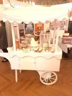 Candy Wagen mit all dem Candy bar Zubehör und Sweet Table Süßigkeiten. Der absolute Hingucker auf der Hochzeit derzeit.