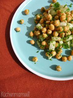 Veganer Kichererbsensalat vegan chickpea salad http://kuechenmamsell.blogspot.de/2015/04/kichererbsensalat.html