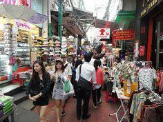 Le Misteriose Viuzze di Chinatown, Bangkok. Sampang Lane è una via solo pedonale, tutto intorno si dipartono vicoletti bui, alcuni così stretti da permettere il passaggio di una sola persona. Il posto è labirintico ed ha l'aria un po' misteriosa, i bambini se ne accorgono subito, di solito diventano bravissimi e se sono piccoli danno immediatamente la mano a mamma e papà.
