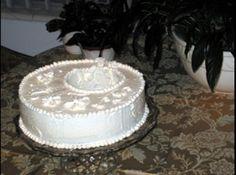 Receita de COBERTURA PARA BOLO: Glacê de Manteiga Italiano - 1/3 xícara de água, 1 1/2 xícaras de açúcar, 2/3 xícara de claras de ovos, 450 gramas de manteiga, 1 colher de chá de extrato de baunilha